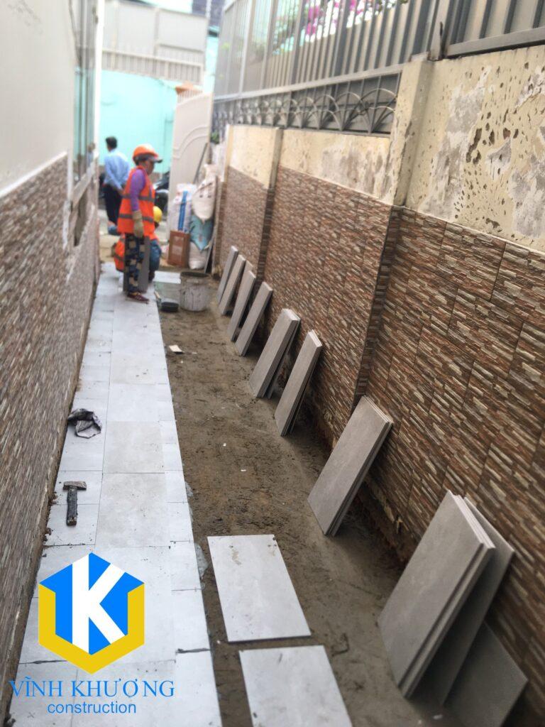 Công nhân của VKCONS đang thực hiện quá trình cải tạo nhà cũ quận 2