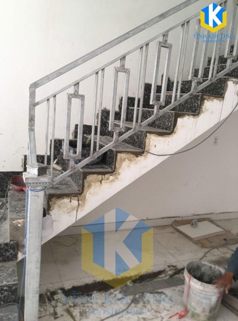 Cầu thang được thợ lót gạch mới và dựng phần thành để đảm bảo an toàn