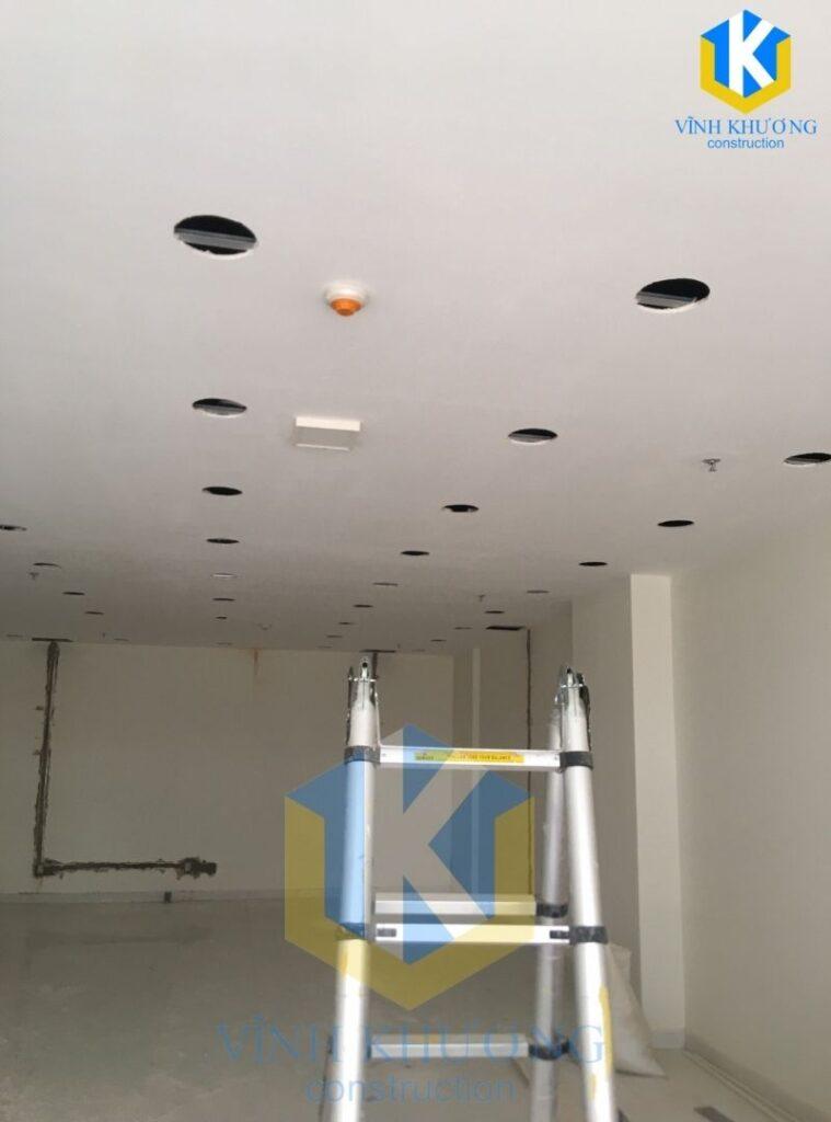 VKCONS tiến hành khoan và đục lỗ trần để lắp hệ thống chiếu sáng