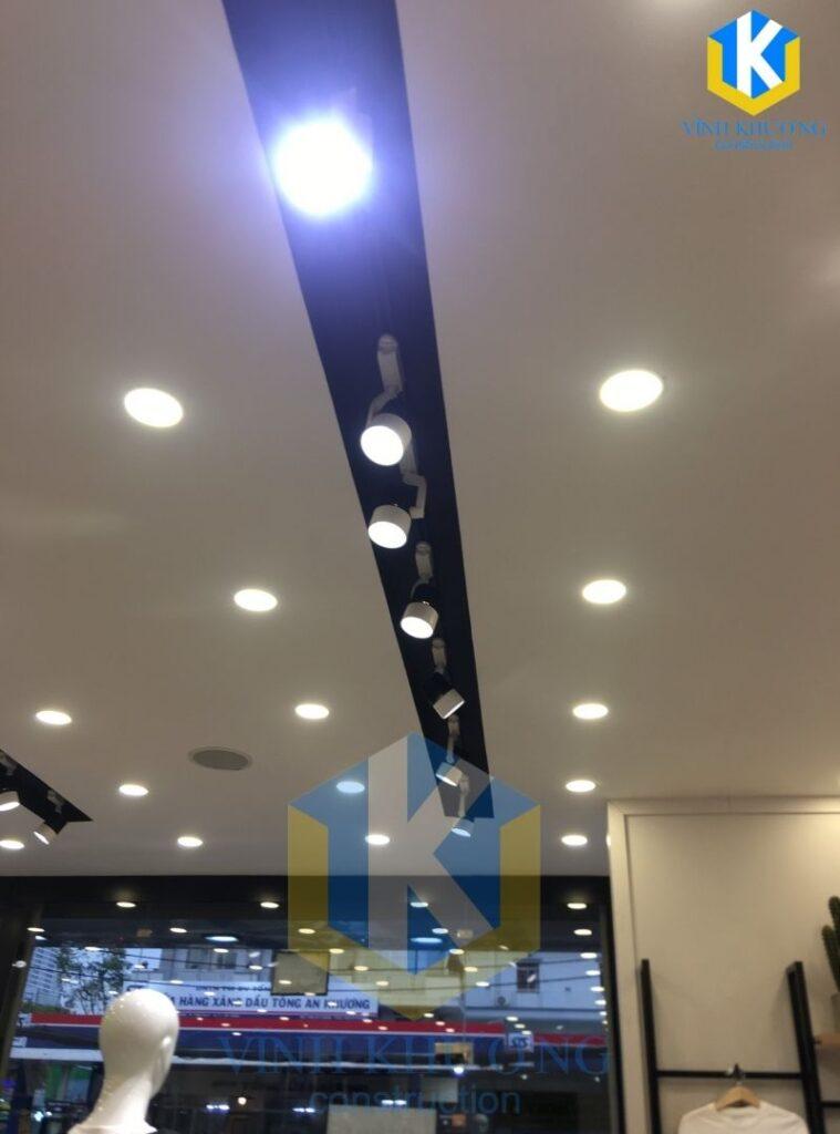 Trần được lắp đặt đèn nhiều để tăng hiệu ứng cho căn Shophouse